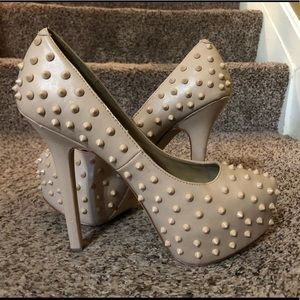 Nude spiked pumps